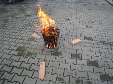 Feuerkorb ist angezündet