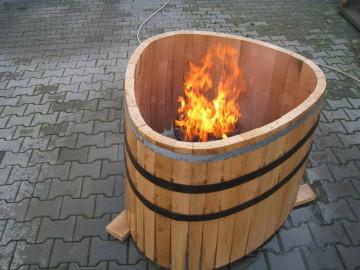 Der Feuerkorb steht mitten im Fass